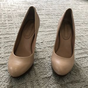 Banana Republic size 6 tan platform heels